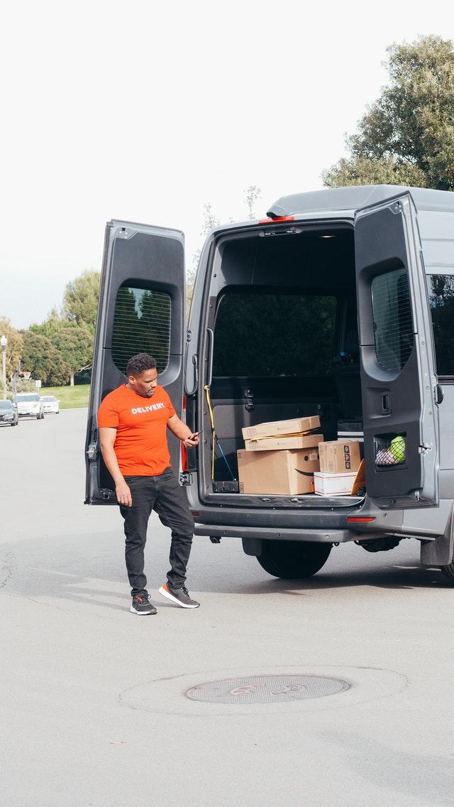 Per le consegne in città è meglio acquistare o noleggiare un furgone?
